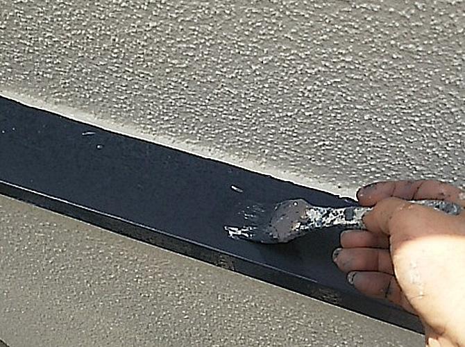 鉄部塗装の上塗り施工中です。