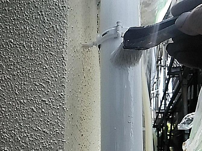 雨樋塗装の上塗り施工中です。