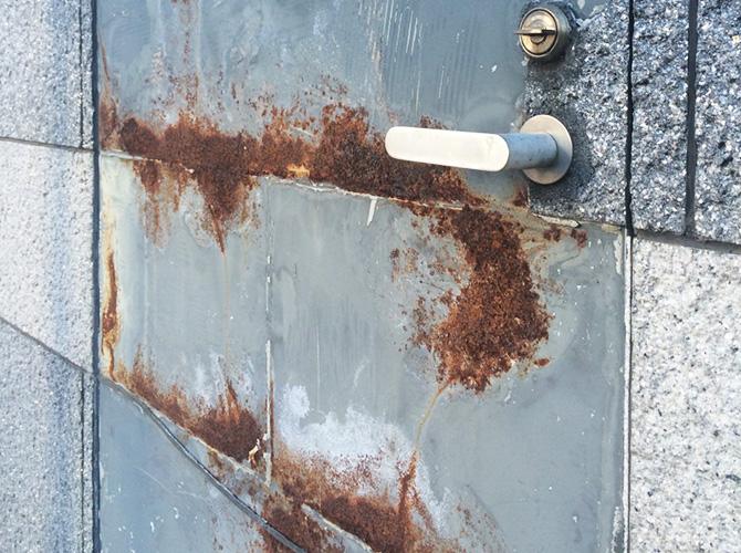 東京都江東区のビルの鉄部(ドア)塗装工事の施工事例の施工前