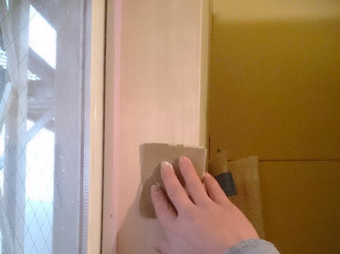 窓枠の木部のケレン作業