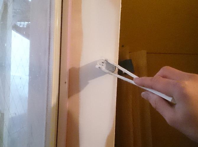 窓枠の木部の下塗り塗装