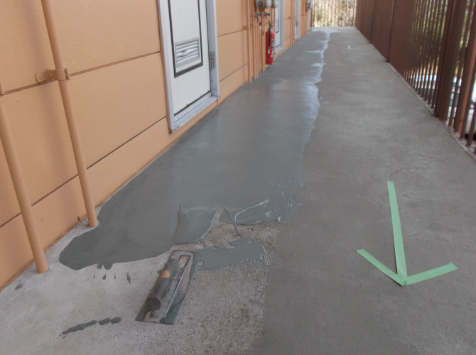 共用廊下の補修工事は半分ずつ施工します。