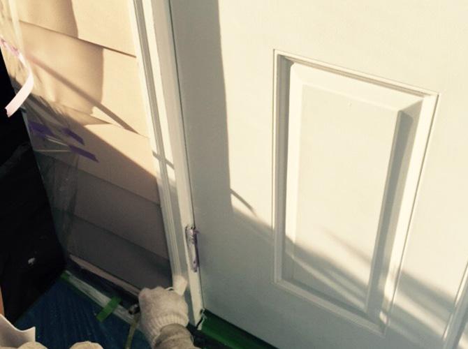 ドアの木枠部分の塗装