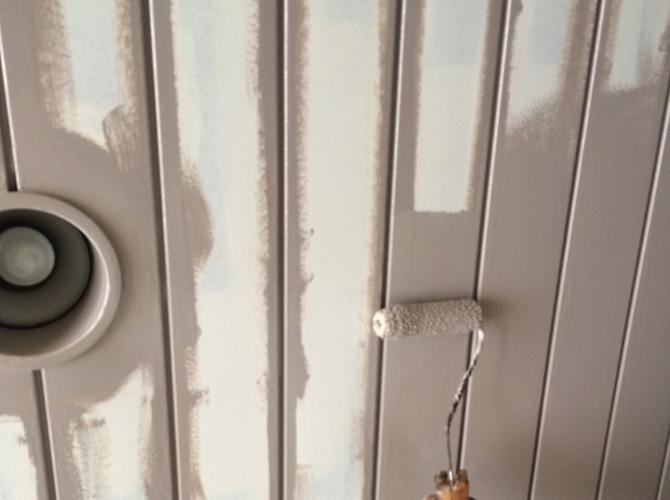 エントランス壁の中塗り施工中です。