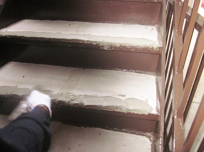 階段補修工事の施工中