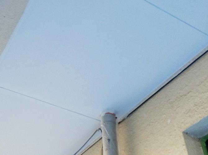 共用廊下天井の塗装完了後のようすです。