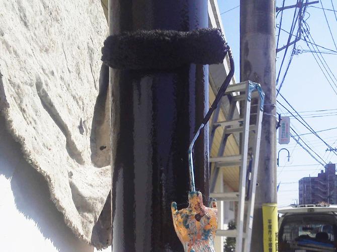 街路灯の上塗り施工中のようすです。