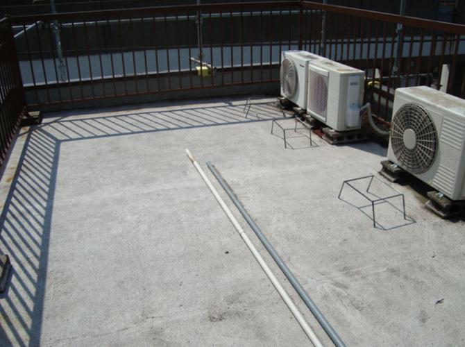 屋上の防水工事施工前の状態です。