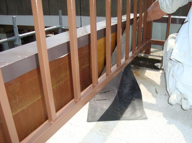 既存防水層の立上り部分を撤去します。