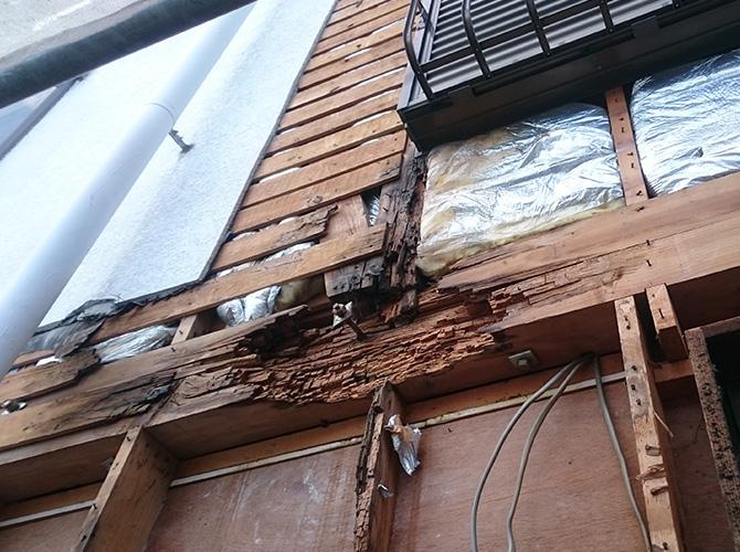 外壁の内側の躯体部分が腐食している状態です。
