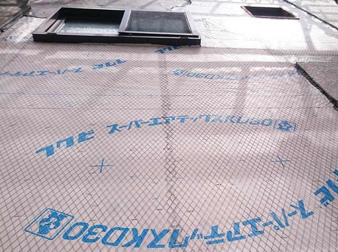 ラス網と呼ばれる金網を張ってモルタルの剥落を防止します。