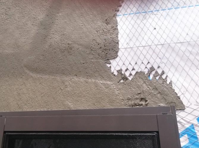 モルタルを外壁に塗る左官工事の施行中です。