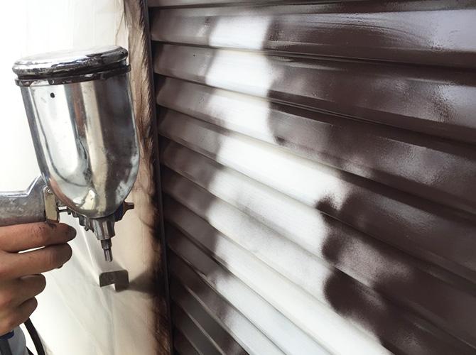 中塗りを吹き付けで塗装しているようすです。