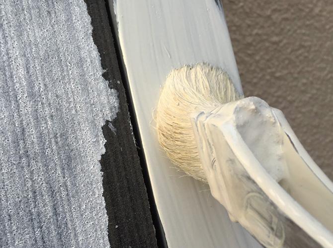 塗装箇所によっては刷毛を使って施工します。
