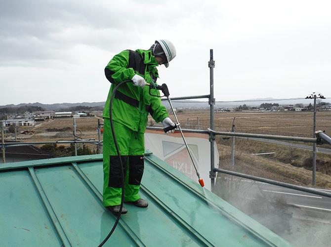 屋根塗装前の高圧洗浄の施工中