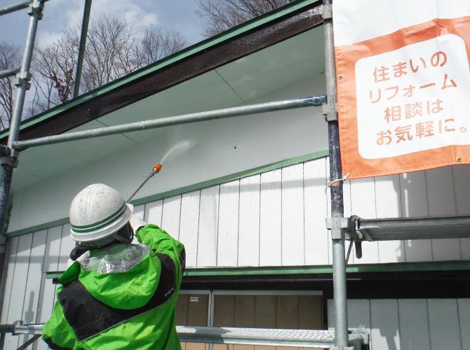 外壁塗装前の高圧洗浄の施工中