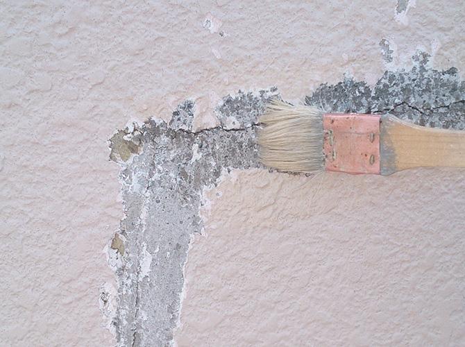 プライマー(接着剤)を塗り込んでいるようすです。
