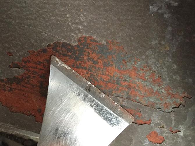 錆びて既存塗膜が剥離している箇所をケレンします。