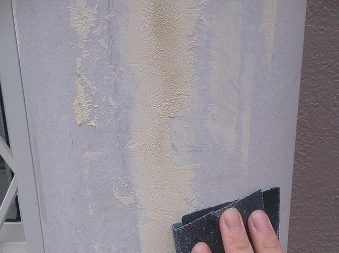 丸柱の塗装前のケレン中のようすです。