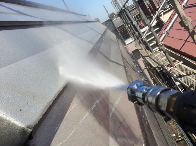 屋根の高圧洗浄の施工中