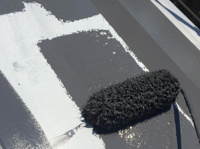 屋根塗装の中塗り塗装中