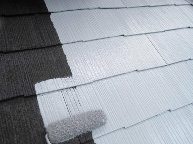 屋根の下塗り施工中
