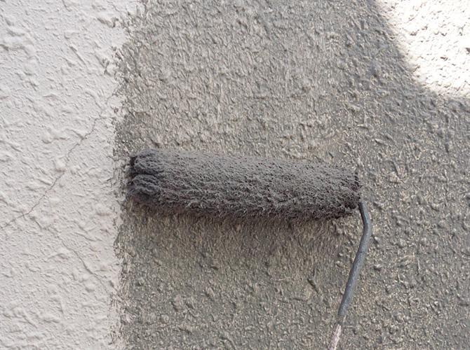 外壁の下塗り施工中の画像です。
