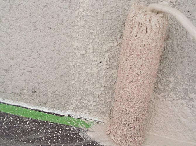 外壁の中塗り施工中です