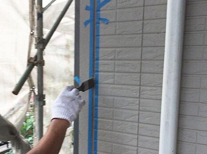 シール施工個所にプライマーを塗布しているようすです。