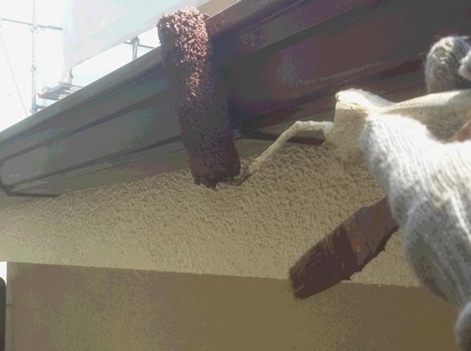 雨樋(軒樋)塗装の施工中のようすです。