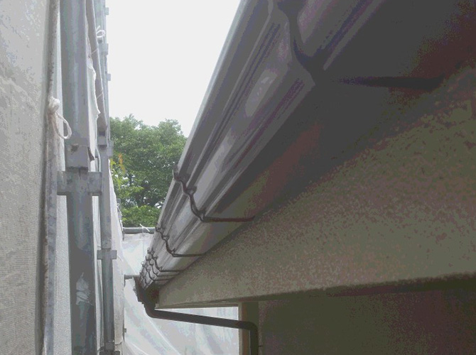 雨樋(軒樋)の上塗り施工完了後のようすです。