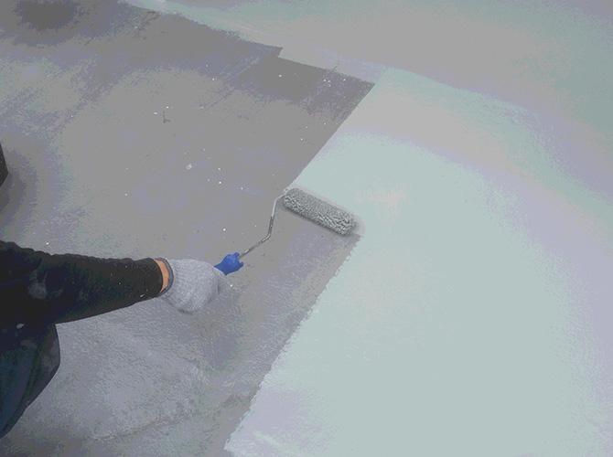 防水工事のトップコート施工中のようすです。