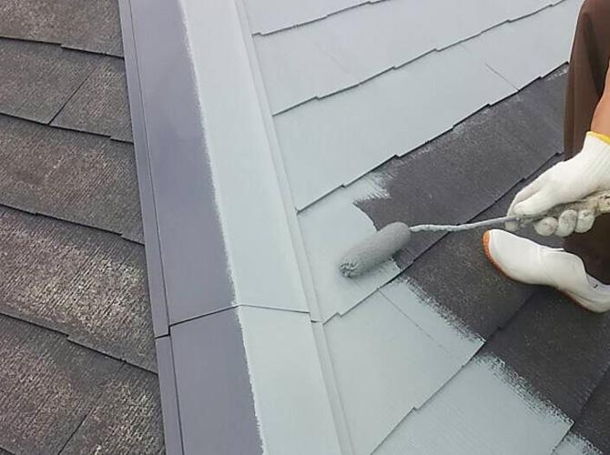 屋根の中塗り施工中