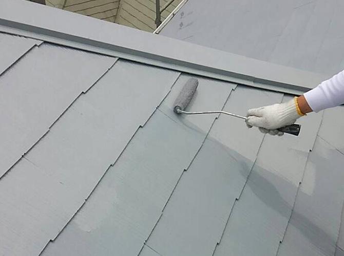 屋根の上塗り施工中