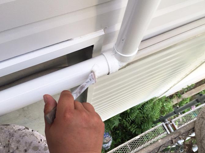 雨樋塗装の上塗りの施工中のようすです。