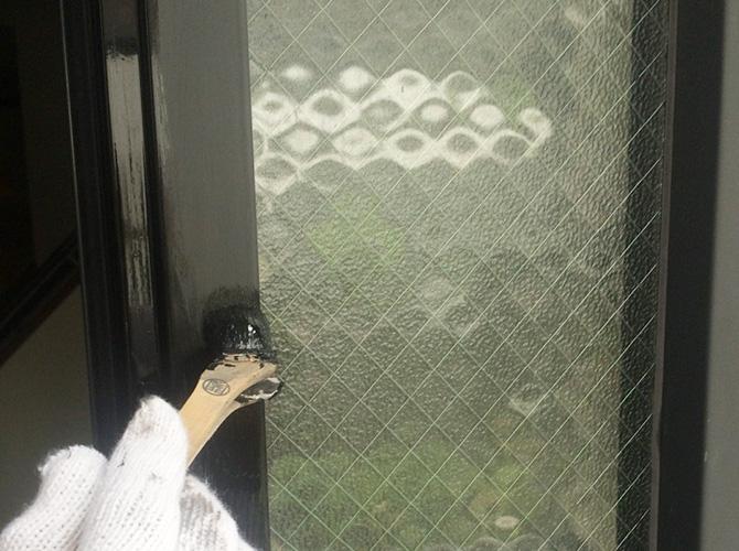 玄関枠の上塗り塗装