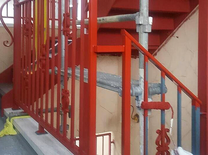 鉄骨階段のサビ止め塗装施工中のようすです。