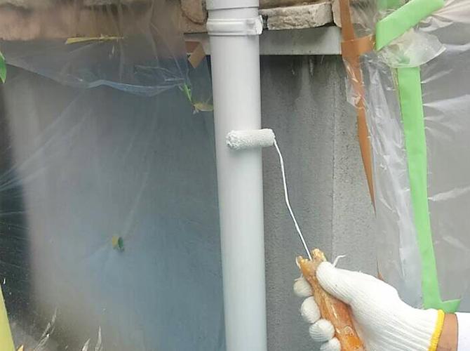 雨樋塗装の施工中のようすです。