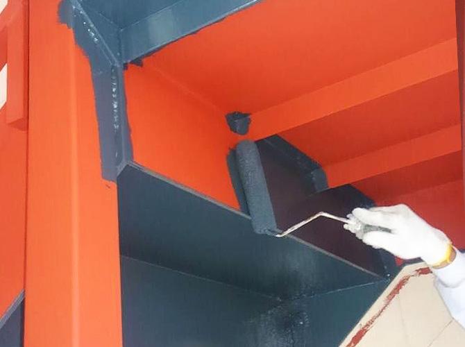 鉄骨階段塗装の中塗り施工中のようすです。
