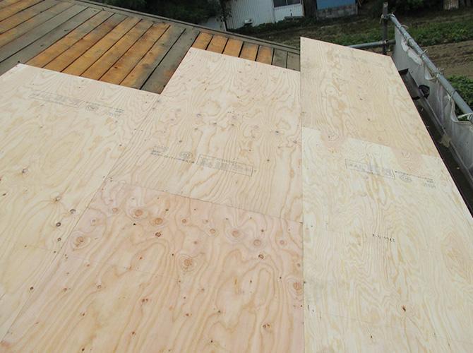 屋根に野地板を張り強度を上げます。