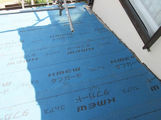 野地板の上に防水シートを敷き詰めます。