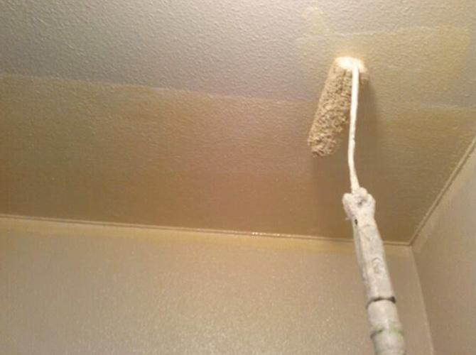 天井塗装の上塗り施工中のようすです。