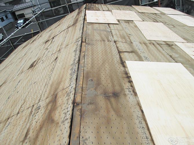 屋根葺き替え工事の施工前です。