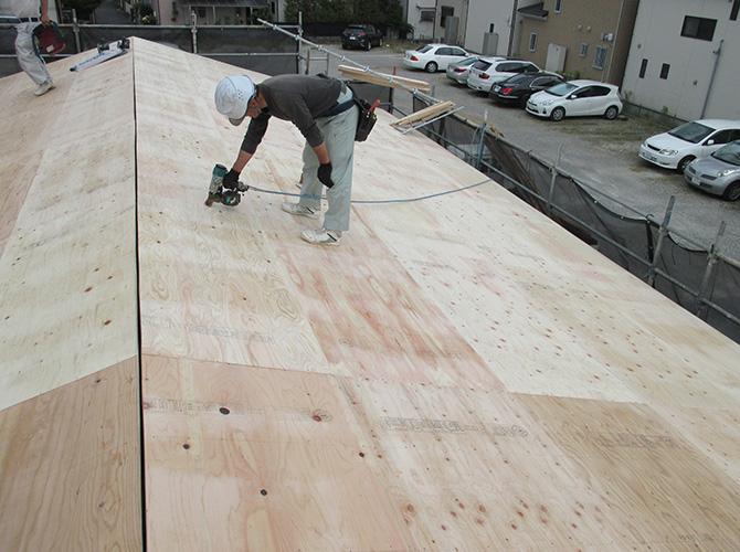 屋根に新しい野地板を設置します。