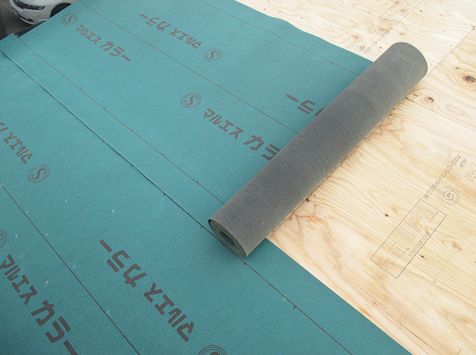 野地板の設置後に防水シートを設置します。