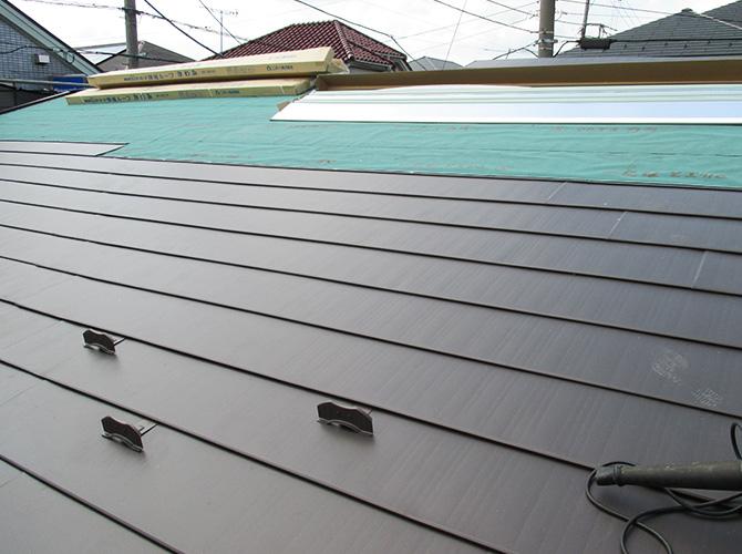 新しい屋根材を設置しているようすです。