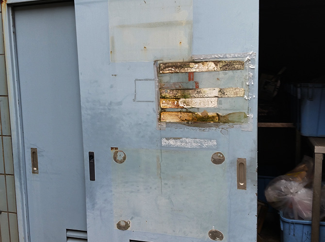 東京都板橋区マンションのゴミ置き場鉄扉塗装工事の施工前