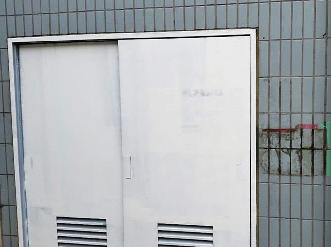 鉄扉は錆び止め用の塗料で塗装します。