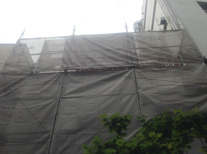 施工前の足場とメッシュです。