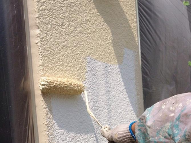 外壁の中塗り施工中です。